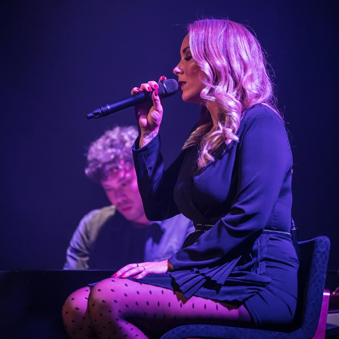 Lisa Loïs sings Adele op krukje large