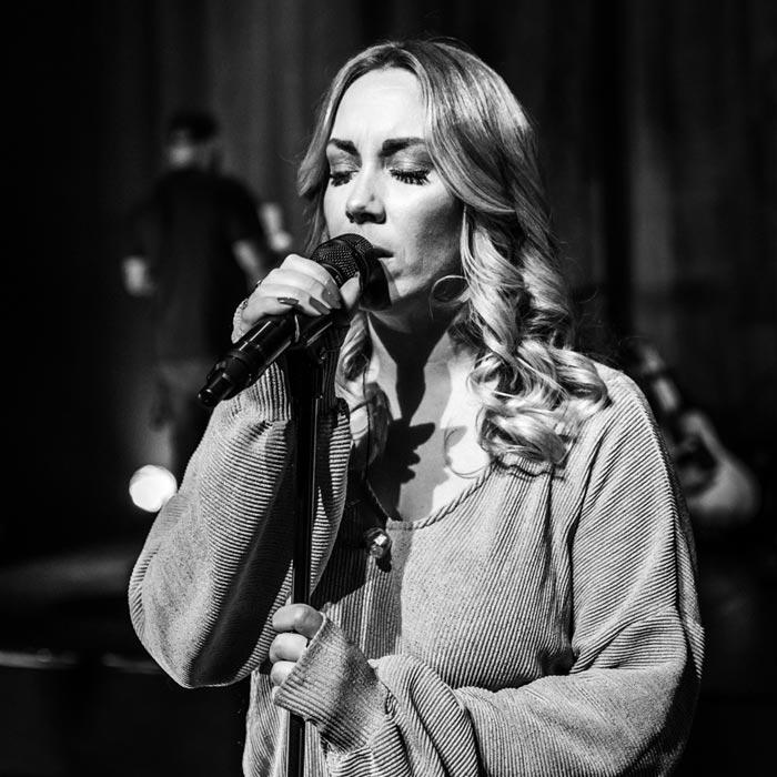 Lisa Loïs sings Adele zwart wit 4 mic large