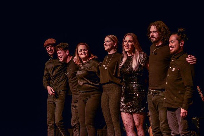 ©Lennen Oldenbeuving Lisa Loïs met band op het podium 2020