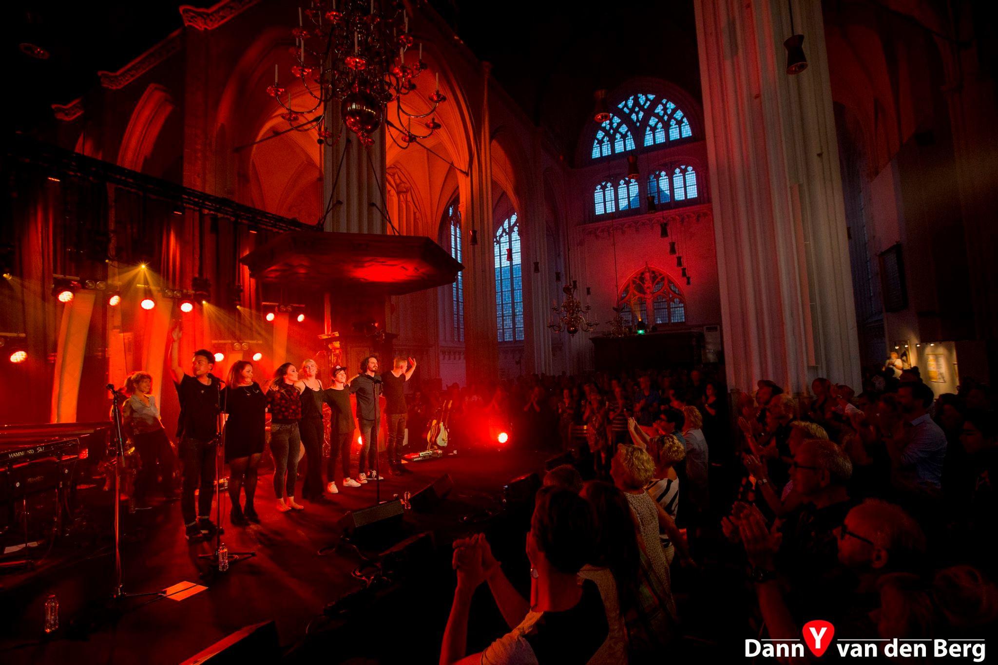Lisa Loïs en band op het podium in St. Stevenskerk 2017
