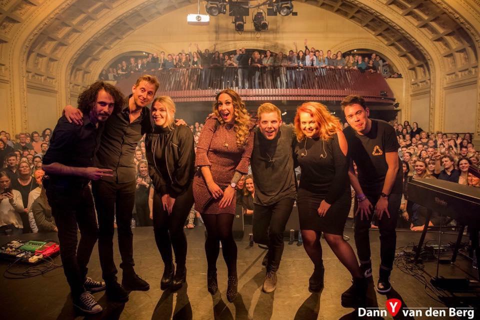 Lisa Loïs en haar band op het podium